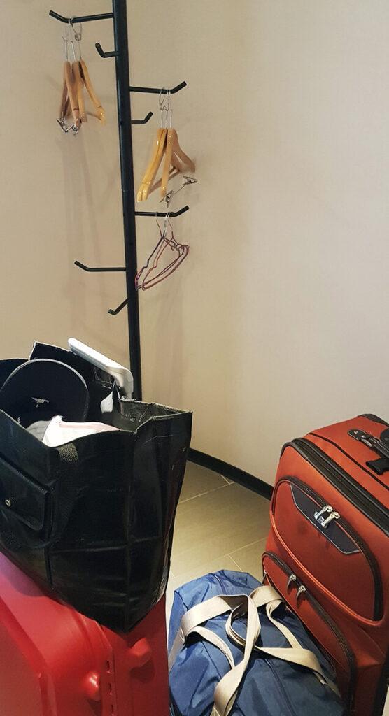 第一天抵達防疫旅館進門後我的行李