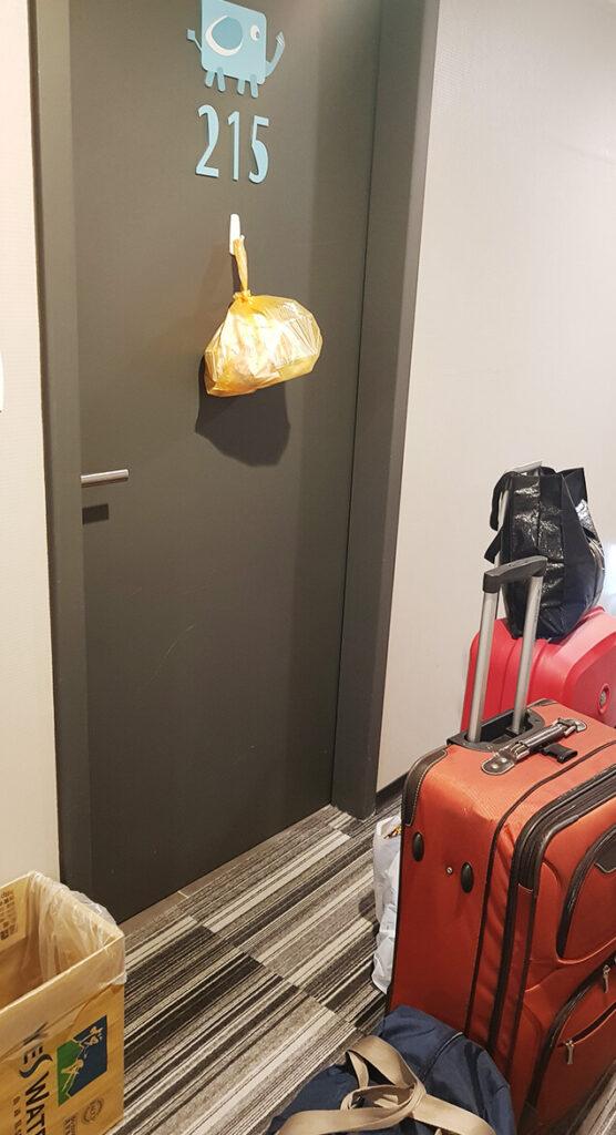 禾順商旅防疫旅館門口送餐照片