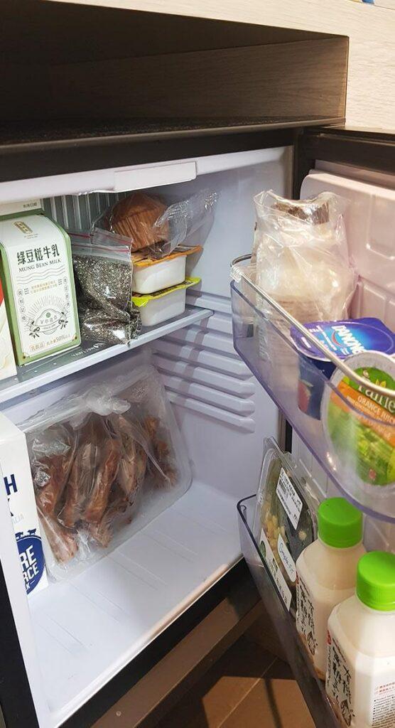 小小的防疫冰箱擠滿親友的防疫補給