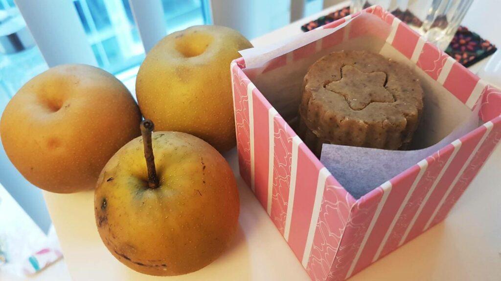 溫東看房時東南亞房東熱情贈與院子的梨子